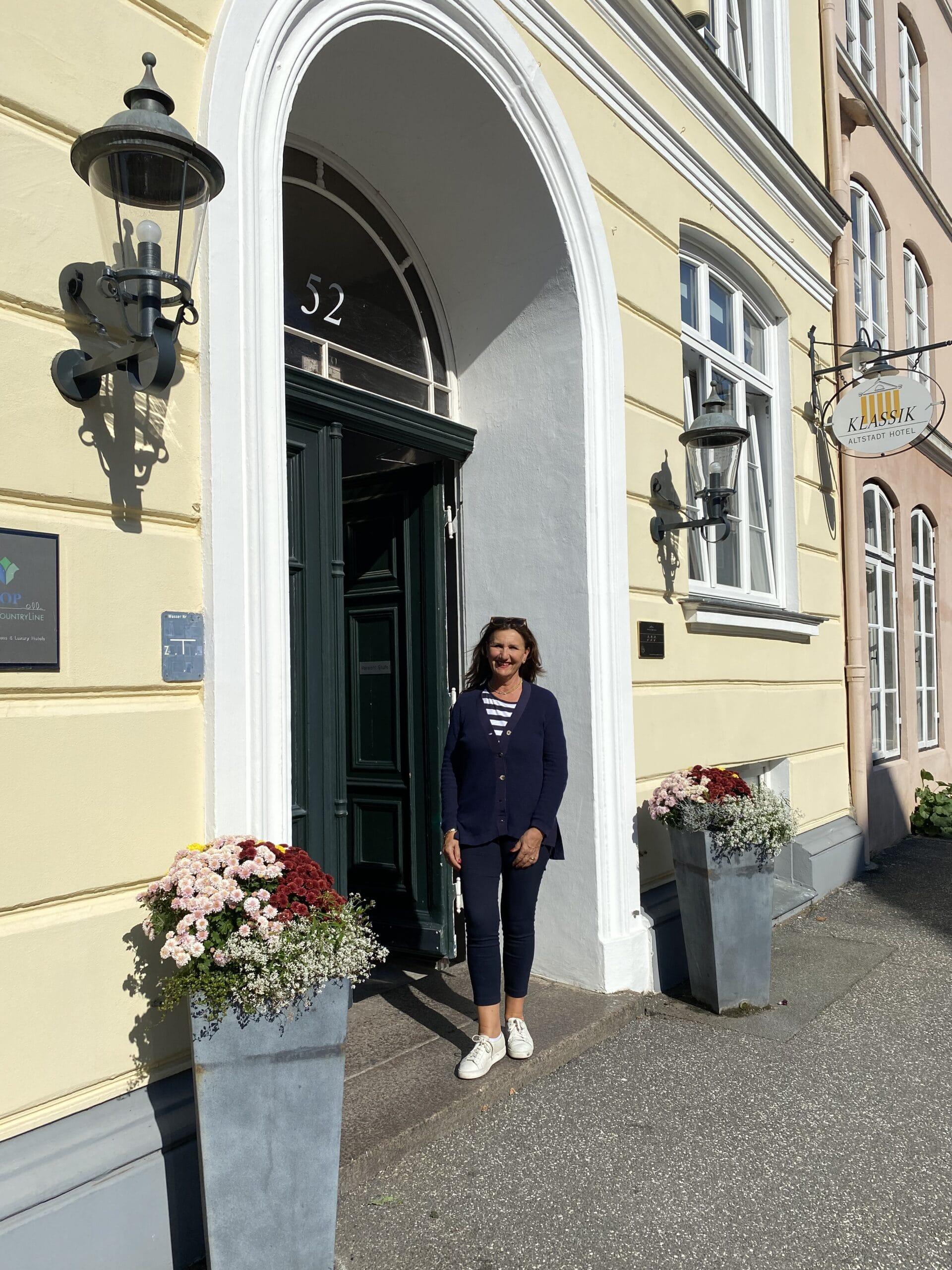 Hilke Flebbe vor dem Klassik Altstadt Hotel in Lübeck